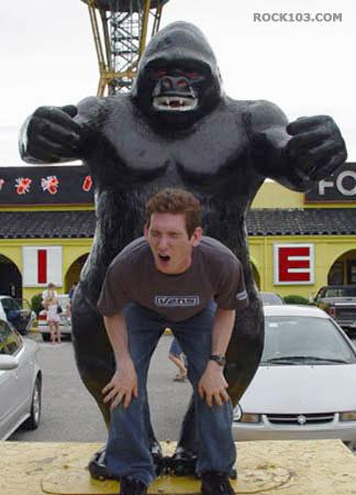 Que idiota, dando pro macaco