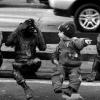 O menino batendo papo tranquilamente com as estátuas...
